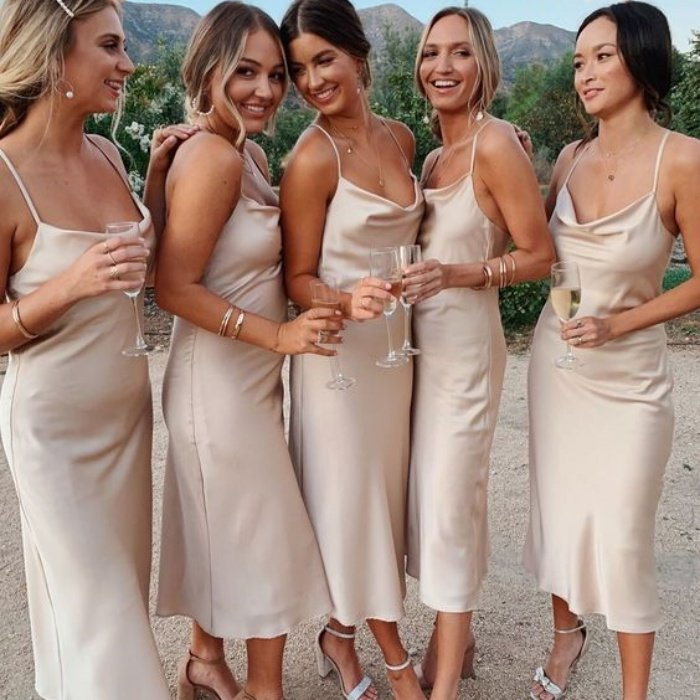 Девушки в коктейльных платьях из шелка на бретельках