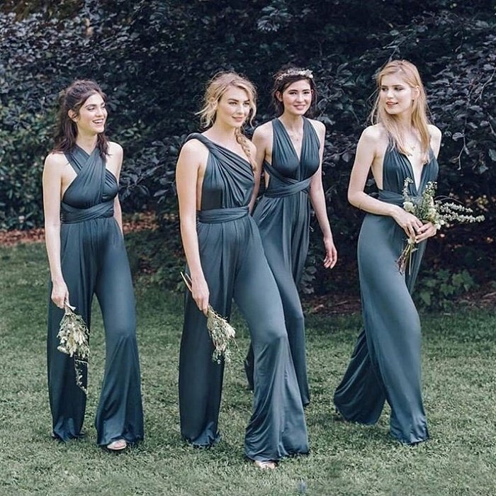 Девушки в красивых атласных комбинезонах