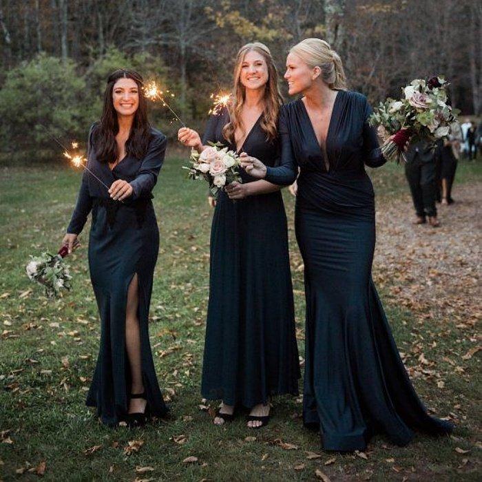Девушки в потрясающих вечерних платьях до пола с длинными рукавами