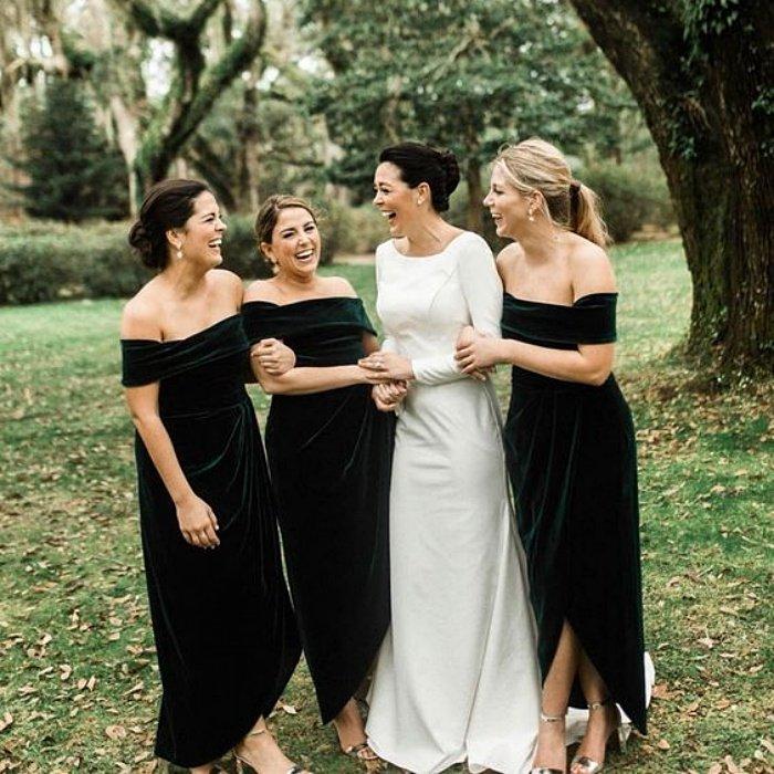 Девушки в темно зеленых бархатных платьях с открытыми плечами