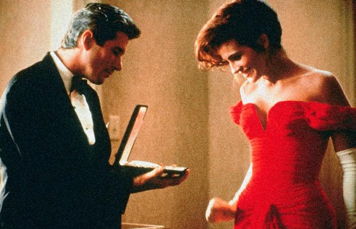 Джулия Робертс в красном облегающем платье с открытыми плечами