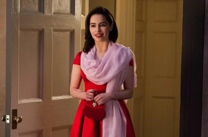 Эмилия Кларк в милом красном платье с розовым платком