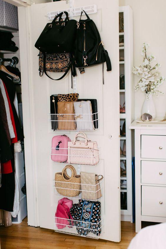 Используйте металлические ящики на двери шкафа