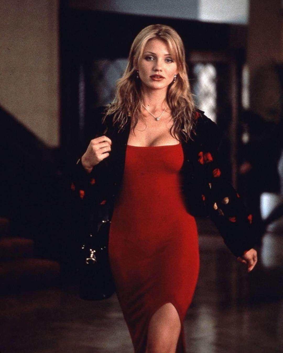 Камерон Диас в облегающем красном платье с глубоким разрезом до бедра