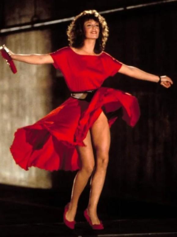 Келли Леброк в простом красном платье с черным поясом на талии