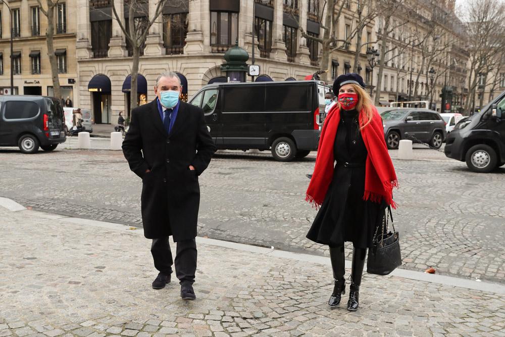 Сирьель Клер в пальто, берете и красном палантине
