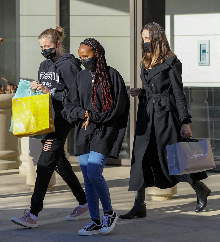 Анджелина Джоли в двубортном пальто выходит из магазина
