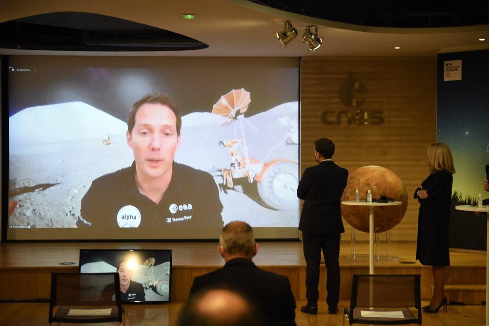 Брижит Макрон наблюдает за посадкой марсохода
