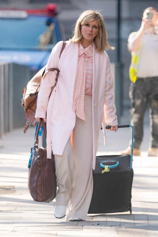 Кейт Гэррауэй в широких брюках и пальто