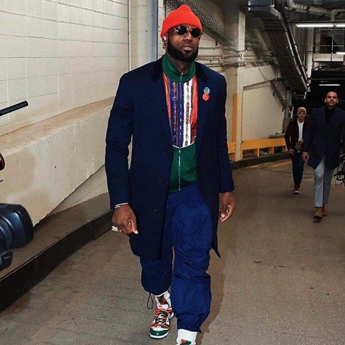 Леброн Джеймс в спортивных штанах и синем пальто