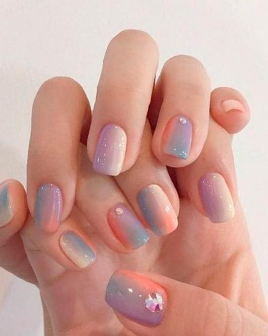 Маникюр омбре в пастельных оттенках с блестками на натуральных ногтях