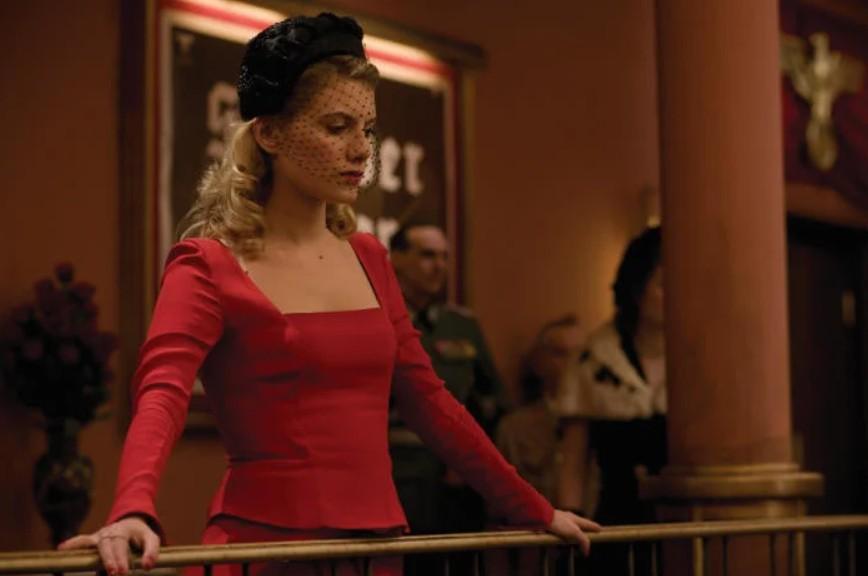Мелани Лоран в красном платье с длинными рукавами