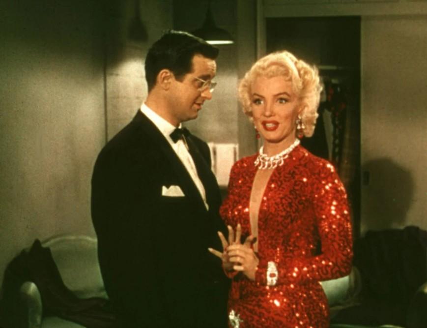 Мэрилин Монро в красном облегающем платье с блестками