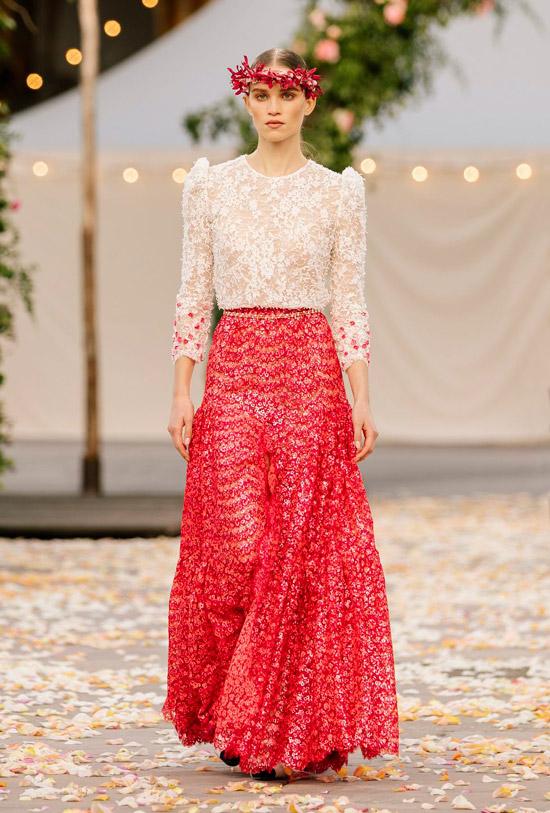Модель в длинной красной юбке с цветочным принтом и кружевная блузка
