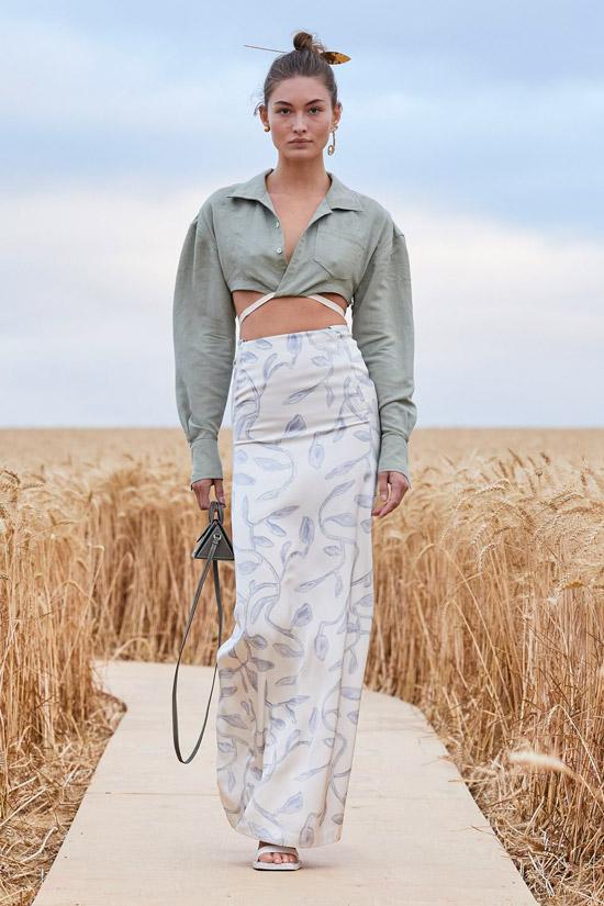 Модель в длинной узкой юбке, укороченная рубашка с длинными рукавами