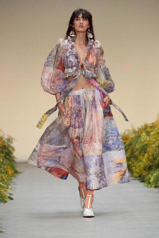 Модель в летнем костюме с пышной длинной юбкой и укороченной блузкой