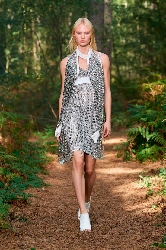 Модель в мини платье с серебристыми пайетками, белые туфли дополняют образ от Burberry
