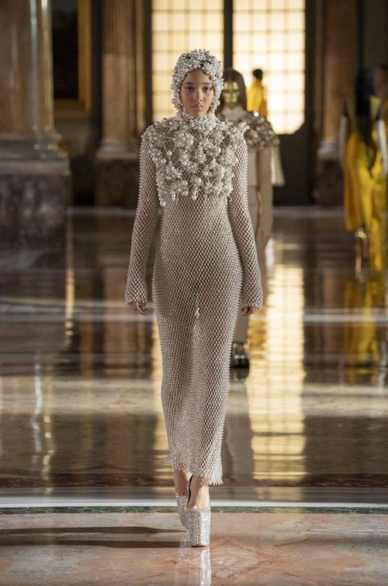 Модель в облегающем платье сетка от Valentino