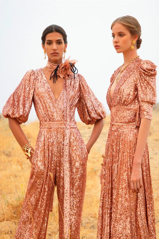 Модель в очаровательном розово золото вечернем платье с плиссированной юбкой от Elie Saab