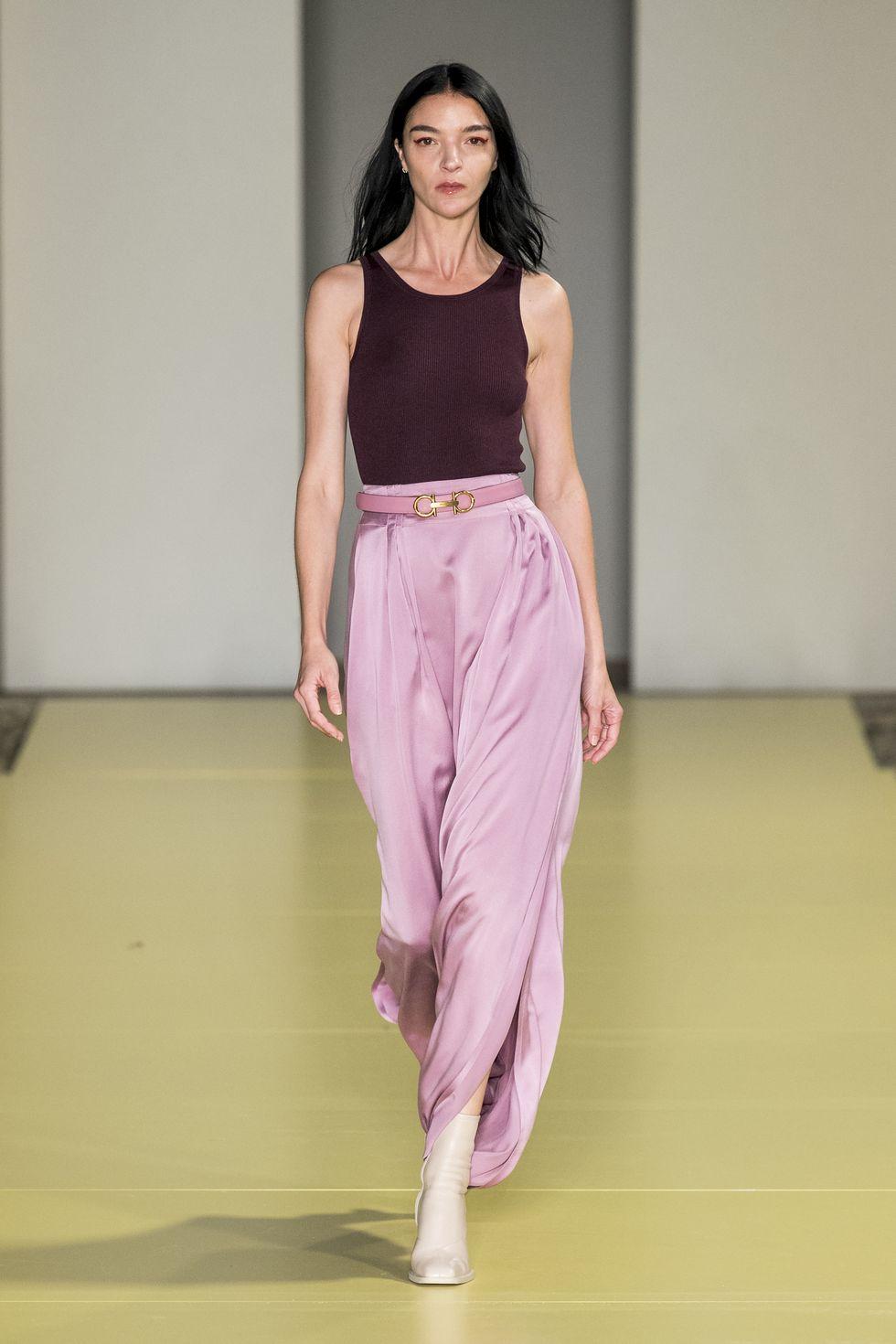 Модель в розовой шелковой юбке, коричневый топ
