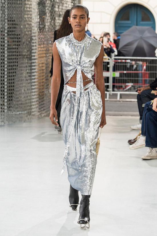 Модель в серебристом блестящем платье от Paco Rabanne