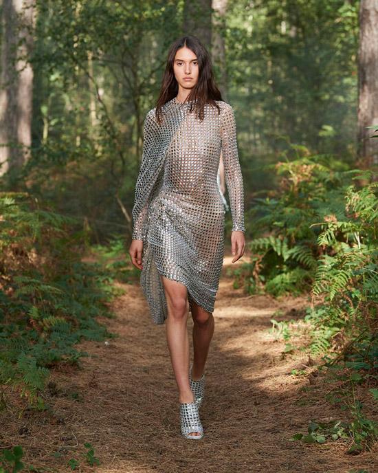 Модель в серебристом платье с пайетами и длинными рукавами от Burberry
