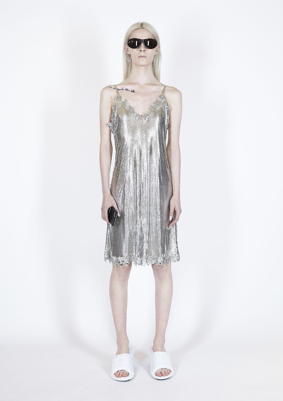 Модель в серебристом платье сарафан на бретелях от Balenciaga