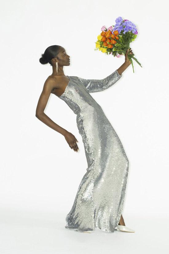 Модель в вечернем платье макси на одно плечо с серебристыми блестками от Ashish
