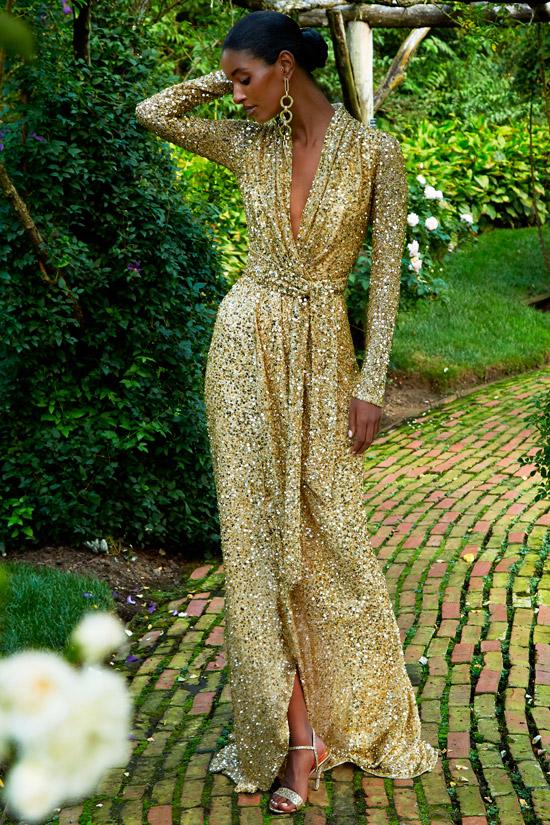 Модель в волшебном золотом платье с поясом и длинными рукавами от Badgley Mischka