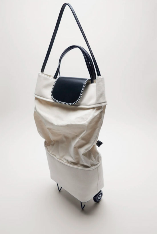 Объемная белая сумка на колесиках от Zara