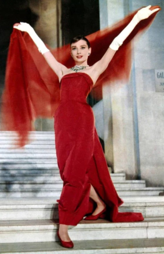 Одри Хепбёрн в красном вечернем платье с вуалью
