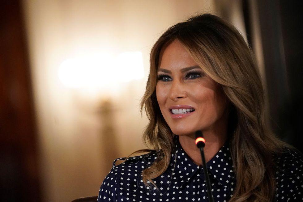 Первая леди США Мелания Трамп в черной блузке в горох