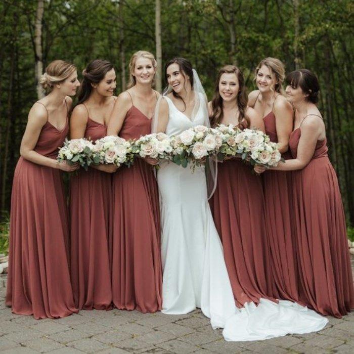 Подружки невесты в одинаковых длинных платьях на бретельках