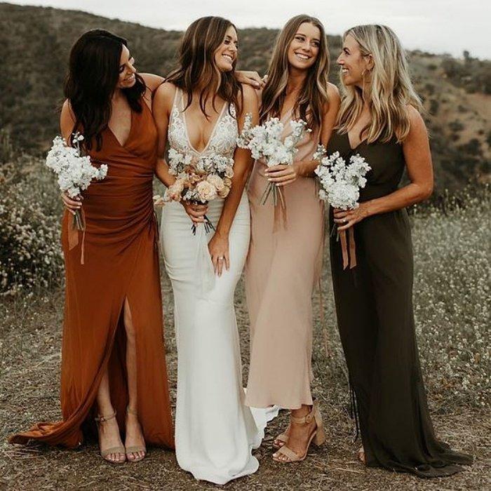 Подружки невесты в простых длинных платьях
