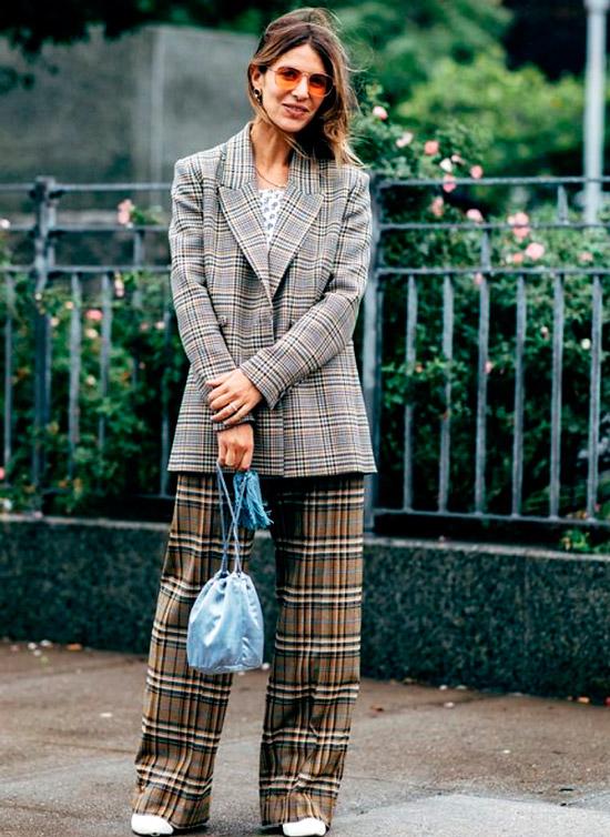 Повседневный стиль - девушка в широких брюках в клетку и удлиненный серый блейзер