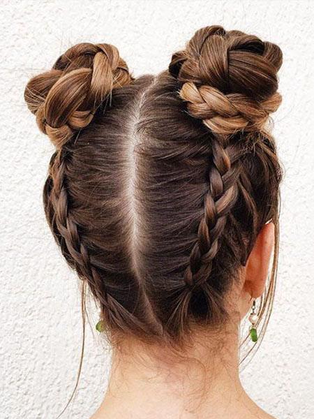 Прическа с двумя пучками и косами на затылке