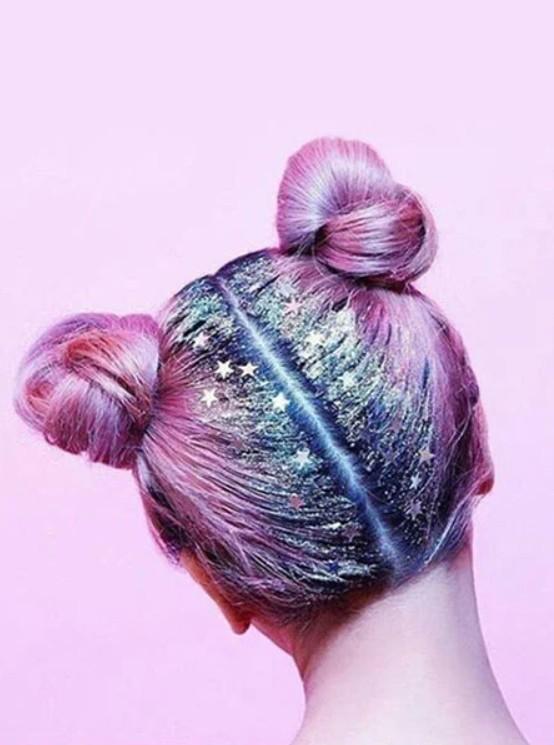 Прическа с пучками на розовых волосах с блестками