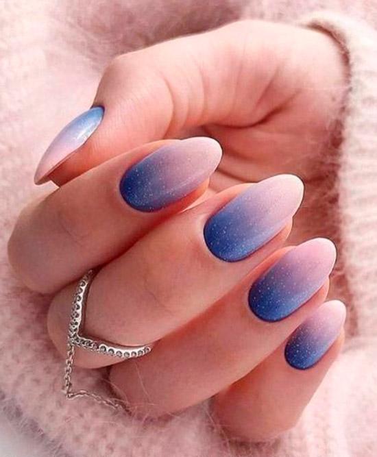 Синий градиентный маникюр на овальных ногтях