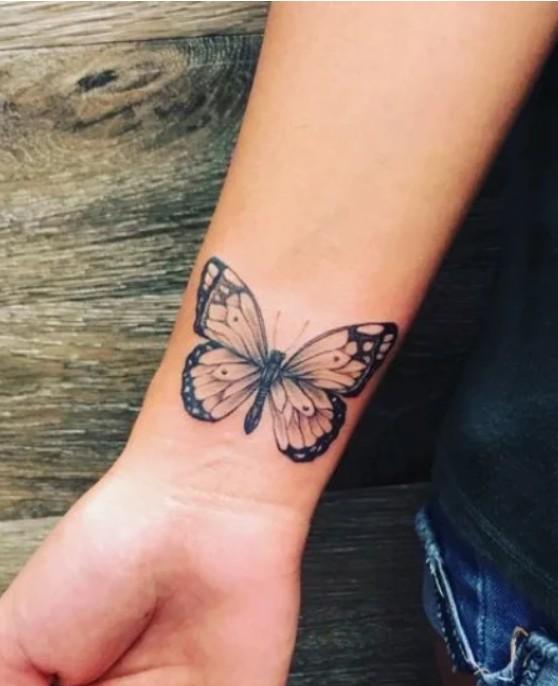 Татуировка на запястье в виде бабочки
