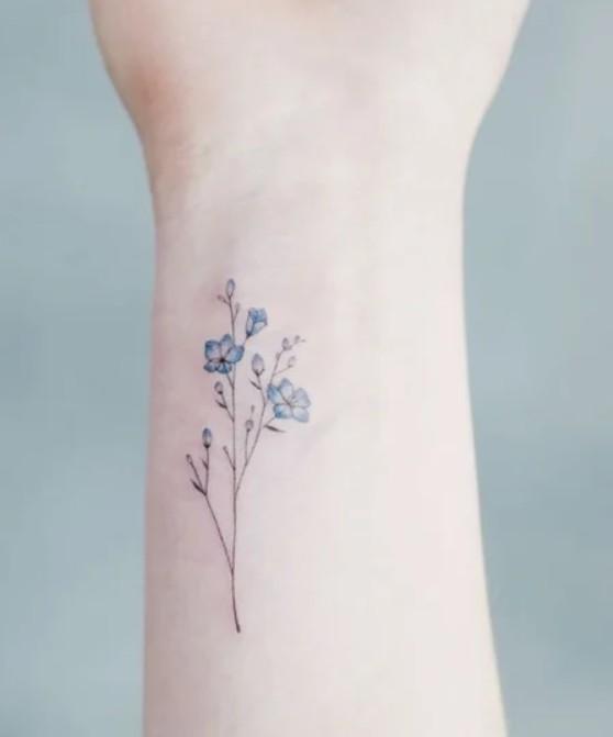Татуировка на запястье в виде цветов