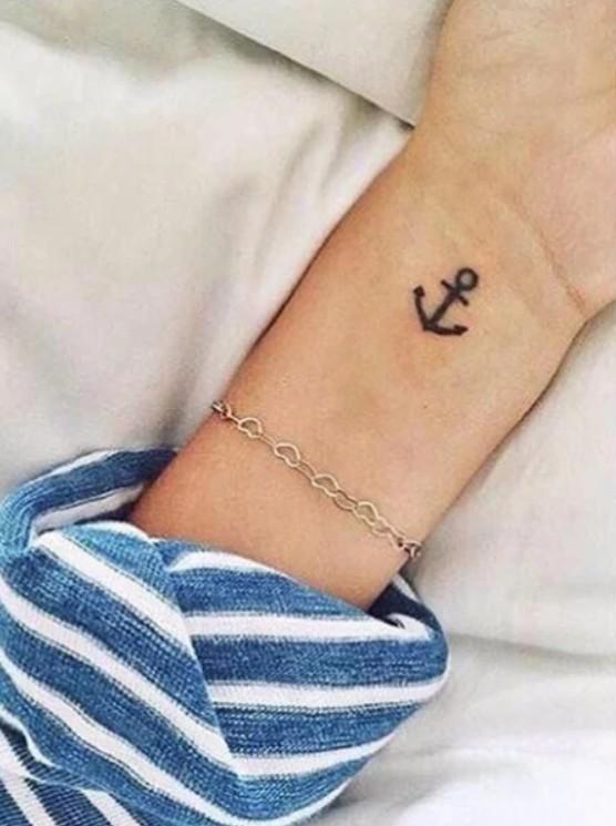 Татуировка на запястье в виде якоря