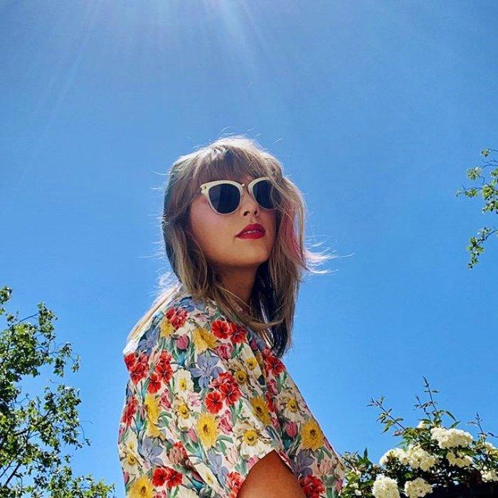 Тейлор Свифт в романтичном платье с цветочным принтом