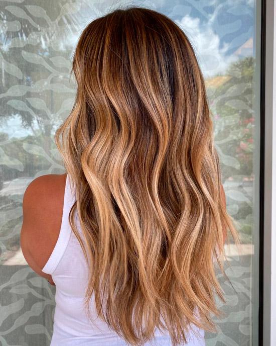 Волосы карамельного цвета ниже плеч с бликами