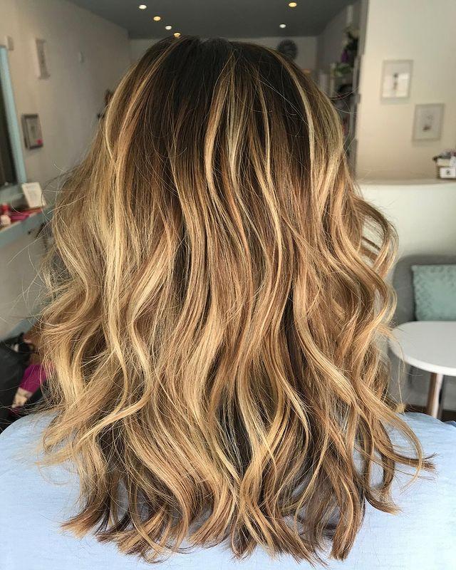 Волосы ниже плеч с золотыми бликами