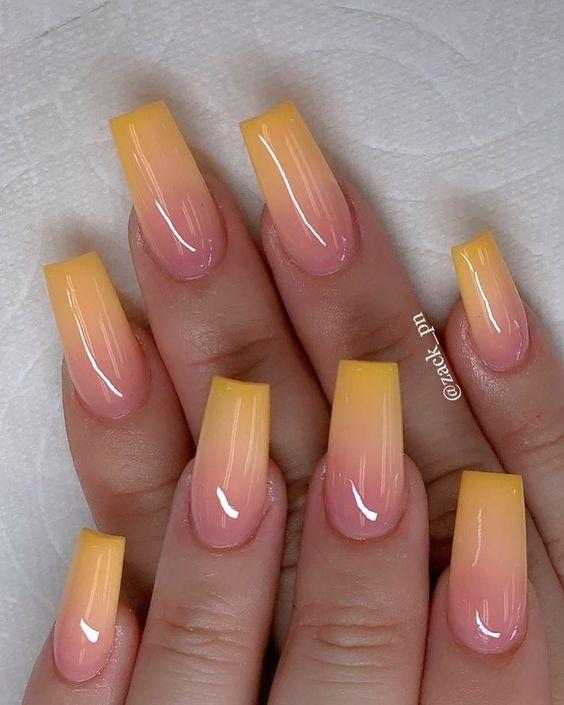 Желтый маникюр омбре на длинных квадратных ногтях