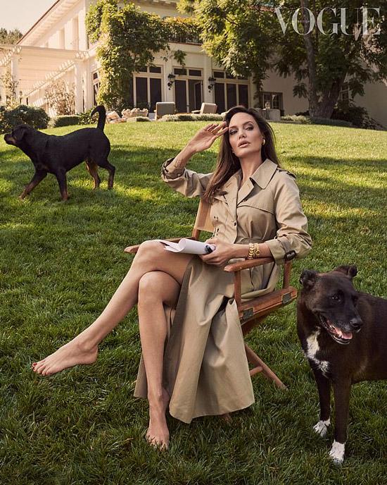 Анджелина Джоли в бежевом плаще на фотосессии Vogue