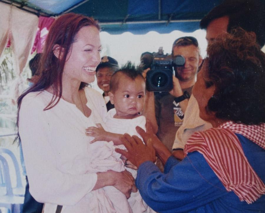 Анджелина Джоли во время усыновления своего ребенка