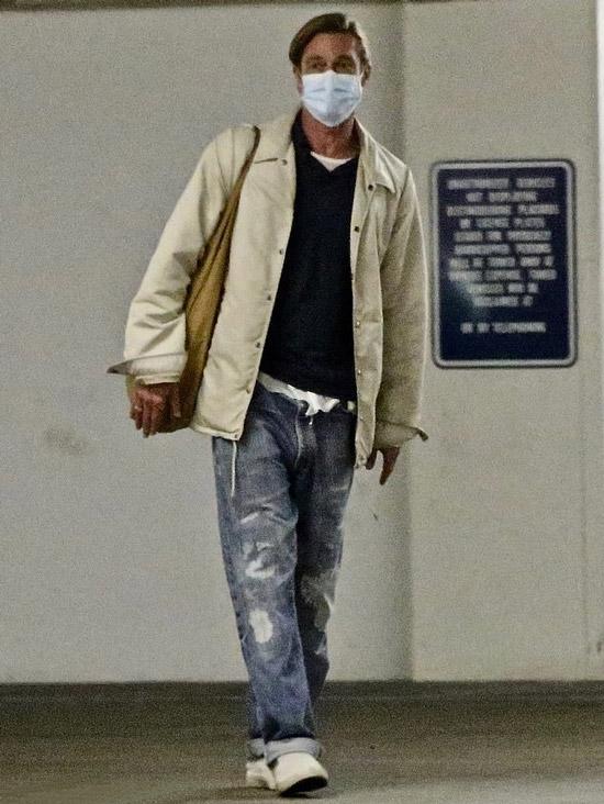 Бред Питт в потрепанных джинсах