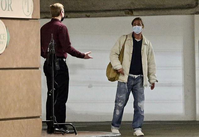 Бред Питт в джинсах и куртке