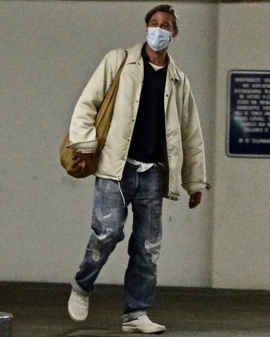 Бред Питт в кроссовках и джинсах